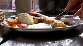 Κατανάλωση του καυτού και γλυκού μεσημεριανού γεύματος απόθεμα βίντεο