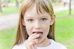 Κατανάλωση του χαριτωμένου κοριτσιού Στοκ Εικόνες