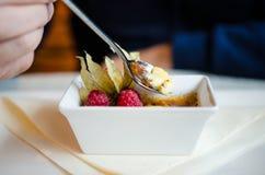 Κατανάλωση του creme brulle Στοκ Φωτογραφίες