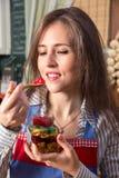 Κατανάλωση των γλυκών κονσερβών Στοκ Φωτογραφία