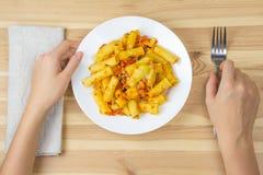 Κατανάλωση των ζυμαρικών με τη σάλτσα και το τυρί Στοκ φωτογραφία με δικαίωμα ελεύθερης χρήσης