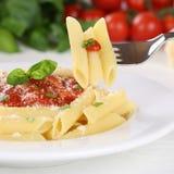 Κατανάλωση των ζυμαρικών Rigate με το γεύμα νουντλς σάλτσας ντοματών Napoli με το φ Στοκ Φωτογραφίες