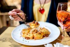 Κατανάλωση των ζυμαρικών tortellini Στοκ φωτογραφία με δικαίωμα ελεύθερης χρήσης