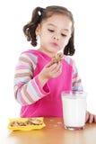 Κατανάλωση των μπισκότων Στοκ Φωτογραφίες