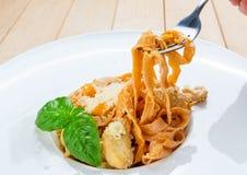 Κατανάλωση των παραδοσιακών ιταλικών ζυμαρικών με το δίκρανο Στοκ Εικόνες