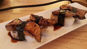 Κατανάλωση των ρόλων σουσιών Ιαπωνικό εστιατόριο τροφίμων Στοκ Εικόνες