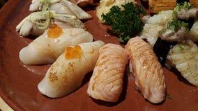 Κατανάλωση των ρόλων σουσιών Ιαπωνικό εστιατόριο τροφίμων Στοκ φωτογραφία με δικαίωμα ελεύθερης χρήσης