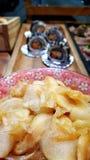 Κατανάλωση των ρόλων σουσιών Ιαπωνικό εστιατόριο τροφίμων Στοκ εικόνα με δικαίωμα ελεύθερης χρήσης