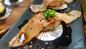 Κατανάλωση των ρόλων σουσιών Ιαπωνικό εστιατόριο τροφίμων Στοκ Εικόνα