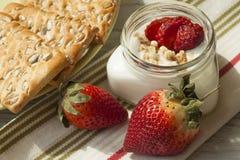 κατανάλωση υγιής Γιαούρτι, muesli και φράουλες Στοκ εικόνα με δικαίωμα ελεύθερης χρήσης
