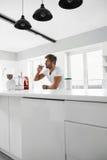 κατανάλωση υγιής Μυϊκό ποτό αθλητικών κουνημάτων κατανάλωσης ατόμων στο εσωτερικό Στοκ εικόνες με δικαίωμα ελεύθερης χρήσης