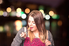 κατανάλωση noodles της γυναίκα&s Στοκ Εικόνα