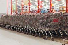 Καταναλωτής κάρρων για τη στάση υπεραγορών στο κατάστημα στοκ εικόνες με δικαίωμα ελεύθερης χρήσης
