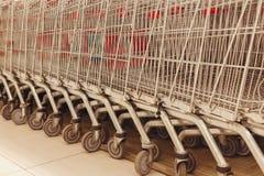 Καταναλωτής κάρρων για τη στάση υπεραγορών στο κατάστημα στοκ εικόνα