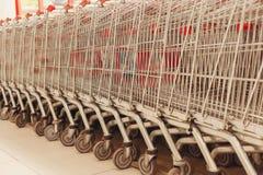 Καταναλωτής κάρρων για τη στάση υπεραγορών στο κατάστημα στοκ φωτογραφία με δικαίωμα ελεύθερης χρήσης