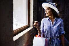 Καταναλωτισμός, αγορές, έννοια τρόπου ζωής Ευτυχής γυναίκα με τις τσάντες που απολαμβάνει τις αγορές στοκ φωτογραφίες