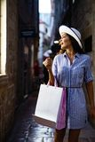Καταναλωτισμός, αγορές, έννοια τρόπου ζωής Ευτυχής γυναίκα με τις τσάντες που απολαμβάνει τις αγορές στοκ εικόνα με δικαίωμα ελεύθερης χρήσης