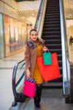 Καταναλωτισμός, Χριστούγεννα, αγορές, έννοια τρόπου ζωής - ευτυχές κορίτσι στοκ εικόνα με δικαίωμα ελεύθερης χρήσης