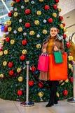 Καταναλωτισμός, Χριστούγεννα, αγορές, γυναίκα έννοιας τρόπου ζωής στο sho στοκ φωτογραφία με δικαίωμα ελεύθερης χρήσης