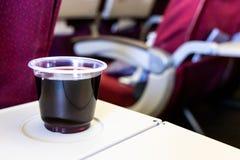Καταναλώστε πάρα πολύ κόκκινο κρασί ή το οινόπνευμα προκαλεί κατά την πτήση την αφυδάτωση στοκ φωτογραφία με δικαίωμα ελεύθερης χρήσης
