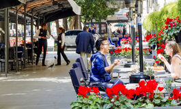 Καταναλωτές και τουρίστες που χαλαρώνουν στο διάσημο φραγμό Doney μέσα μέσω Venet Στοκ Εικόνα