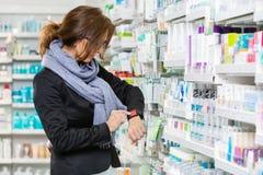 Καταναλωτής που χρησιμοποιεί Smartwatch στο φαρμακείο στοκ εικόνα με δικαίωμα ελεύθερης χρήσης