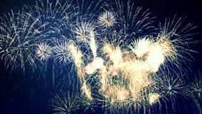 Καταπληκτικά εκθαμβωτικά πυροτεχνήματα στο σκοτεινό νυχτερινό ουρανό απόθεμα βίντεο