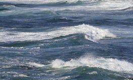 καταπληκτικά μπλε ωκεάνια κύματα ανασκόπησης Στοκ Εικόνες