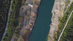 Καταπληκτικές απόψεις πέρα από τα δέντρα και τις λίμνες κατά τη διάρκεια της εποχής φθινοπώρου πλάνο Τοπ άποψη σχετικά με την κυα απόθεμα βίντεο
