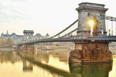 Καταπληκτική άνοδος ήλιων στη γέφυρα αλυσίδων στοκ εικόνα
