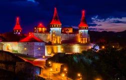 Καταπληκτική άποψη βραδιού του μεσαιωνικού φρουρίου κάστρων σε Kamianet Στοκ Εικόνες