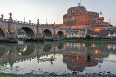 Καταπληκτική άποψη ηλιοβασιλέματος της γέφυρας και του κάστρου ST Angelo του ST Angelo στην πόλη της Ρώμης, Ιταλία Στοκ Εικόνες