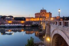 Καταπληκτική άποψη ηλιοβασιλέματος της γέφυρας και του κάστρου ST Angelo του ST Angelo στην πόλη της Ρώμης, Ιταλία Στοκ Εικόνα