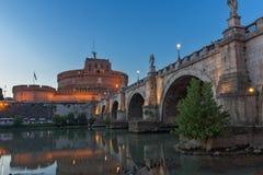 Καταπληκτική άποψη ηλιοβασιλέματος της γέφυρας και του κάστρου ST Angelo του ST Angelo στην πόλη της Ρώμης, Ιταλία Στοκ Φωτογραφίες
