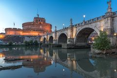 Καταπληκτική άποψη ηλιοβασιλέματος της γέφυρας και του κάστρου ST Angelo του ST Angelo στην πόλη της Ρώμης, Ιταλία Στοκ Φωτογραφία