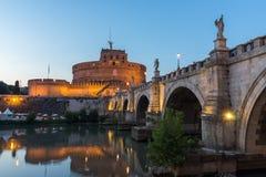 Καταπληκτική άποψη ηλιοβασιλέματος της γέφυρας και του κάστρου ST Angelo του ST Angelo στην πόλη της Ρώμης, Ιταλία Στοκ εικόνα με δικαίωμα ελεύθερης χρήσης