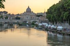 Καταπληκτική άποψη ηλιοβασιλέματος του ποταμού Tiber, γέφυρα του ST Angelo και βασιλική του ST Peter ` s στη Ρώμη, Ιταλία Στοκ φωτογραφία με δικαίωμα ελεύθερης χρήσης