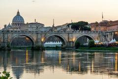 Καταπληκτική άποψη ηλιοβασιλέματος του ποταμού Tiber, γέφυρα του ST Angelo και βασιλική του ST Peter ` s στη Ρώμη, Ιταλία Στοκ Φωτογραφία