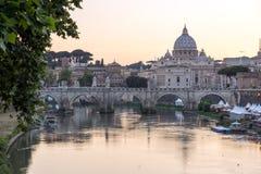 Καταπληκτική άποψη ηλιοβασιλέματος του ποταμού Tiber, γέφυρα του ST Angelo και βασιλική του ST Peter ` s στη Ρώμη, Ιταλία Στοκ Φωτογραφίες