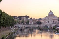 Καταπληκτική άποψη ηλιοβασιλέματος του ποταμού Tiber, γέφυρα του ST Angelo και βασιλική του ST Peter ` s στη Ρώμη, Ιταλία Στοκ εικόνα με δικαίωμα ελεύθερης χρήσης