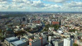 Καταπληκτική άποψη ματιών πουλιών του Βερολίνου Σύγχρονα κτήρια, βάρκες που πλέουν με τον ποταμό ξεφαντωμάτων απόθεμα βίντεο