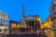 Καταπληκτική άποψη νύχτας του della Rotonda Pantheon και πλατειών στην πόλη της Ρώμης, Ιταλία Στοκ Εικόνες