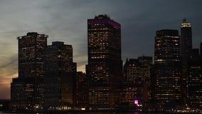 Καταπληκτική άποψη πανοράματος νύχτας οριζόντων του Μανχάταν πόλεων της Νέας Υόρκης πέρα από τον ποταμό του Hudson απόθεμα βίντεο