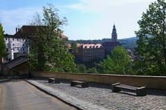 Καταπληκτική άποψη της αρχαίας Δημοκρατίας της Τσεχίας Cesky Krumlov Το πρωί κάστρων και πύργων την άνοιξη Στοκ Φωτογραφία