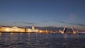 Καταπληκτική άποψη της γέφυρας Dvortsovy παλατιών διαζυγίου πέρα από τον ποταμό Neva σε Άγιο Πετρούπολη, Ρωσία Άσπρες νύχτες στο  απόθεμα βίντεο