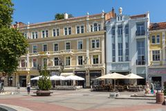 Καταπληκτική άποψη της κεντρικών οδού και της πηγής μπροστά από την αίθουσα πόλεων στην πόλη Plovdiv, Bulga Στοκ εικόνα με δικαίωμα ελεύθερης χρήσης
