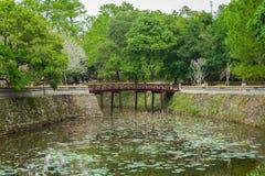 Καταπληκτική άποψη της λίμνης Luu Khiem τη θερινή ηλιόλουστη ημέρα στο βασιλικό τάφο TU Duc στο χρώμα, Βιετνάμ Το χρώμα είναι ένα στοκ εικόνα
