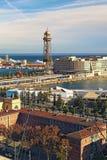 Καταπληκτική άποψη τοπίων του λιμένα στη Βαρκελώνη Άποψη από το τελεφερίκ του σταθμού λιμένων στο βουνό Montjuic στην ηλιόλουστη  στοκ φωτογραφία με δικαίωμα ελεύθερης χρήσης