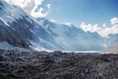καταπληκτική άποψη του τοπίου βουνών με το χιόνι, Ρωσική Ομοσπονδία, Καύκασος, στοκ φωτογραφία