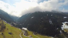 Καταπληκτική άποψη των μεγαλοπρεπών βουνών, παχιά σύννεφα, υψηλή υγρασία, καιρική αλλαγή απόθεμα βίντεο
